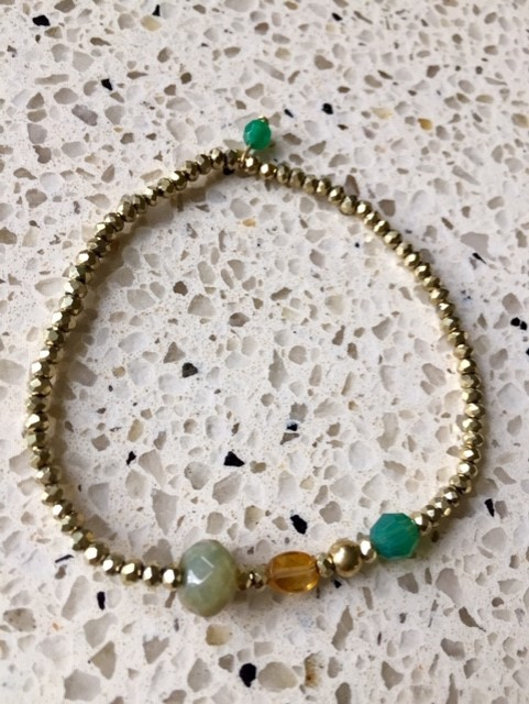 NIEUW - EXCLUSIEF - Fijn armbandje in goud-/groen-/geel-/zandtinten met toermalijn en jade