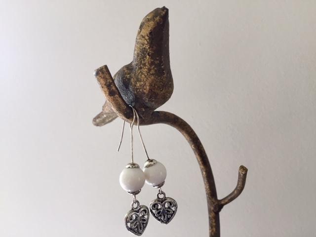 SALE - Lange silver plated oorbellen met hart en witte kraal van koraal