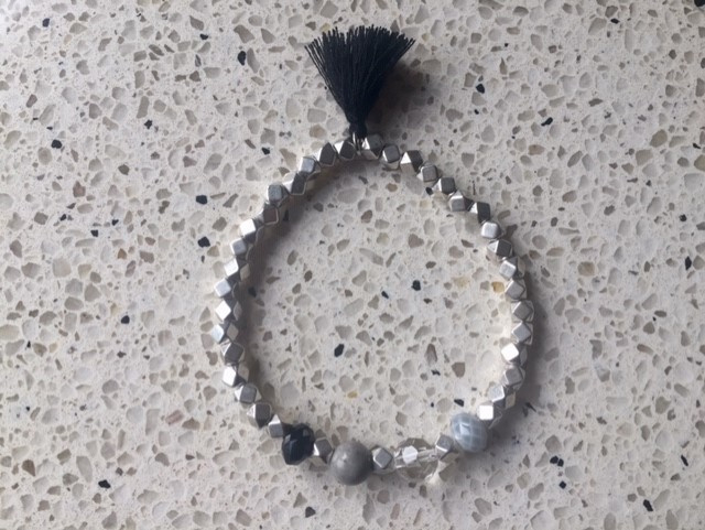 SALE - Armband in grijs- en zwarttinten met kwastje