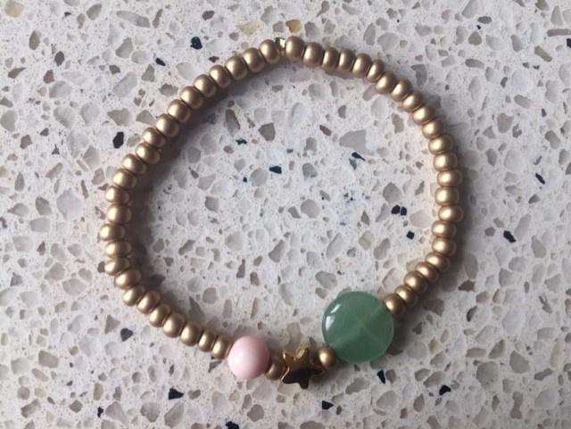 SALE - Armband met goudkleurige ster, groene platte kraal en poederroze koraal