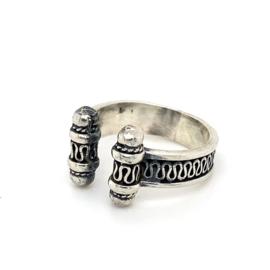 Zilveren ring vrije vorm geoxideerd 17 - 18 x 12 mm