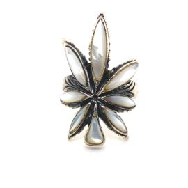 Zilveren ring wietblad parelmoer mt 18 en 18,5x 33 mm