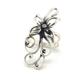 Zilveren ring bloem geoxideerd mt 17 x 40 mm