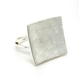 Zilveren ring dames met bewerkt vierkant mt 17,25 en 19