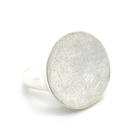 Zilveren ring dames met bewerkt ronde knop mt 17,5 en 18,25