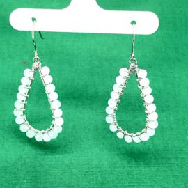 Zilveren oorhangers druppels met witte steentjes