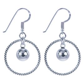 Zilveren oorhangers cirkel met bal