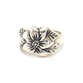 Zilveren ring vrije vorm bloem  16,75 - 17,25 x 16 mm