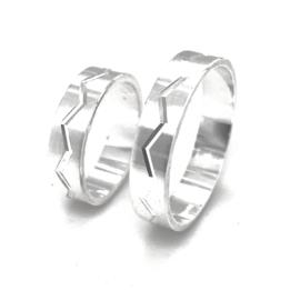 Zilveren ring zigzag streep mt 16 - 21 - relatiering