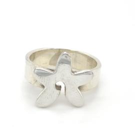 Zilveren ring vrije vorm bloem glimmend 17 en 18 x 17 mm