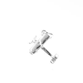 Zilver bedel motorvliegtuig