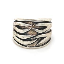 Zilveren ring geoxideerd breed mt 17 en 18 x 16 mm