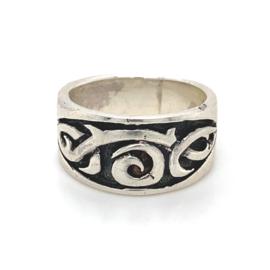 Zilveren ring tribal geoxideerd mt 17,75 x 10,5 mm