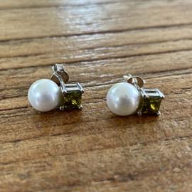 Zilveren oorknoppen parel en groene zirkonia