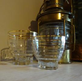 Middelmaat glas met gouden randje