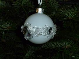 Witte kerstbal met glitters