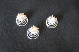 Curlie strass bloem met parelblaadjes
