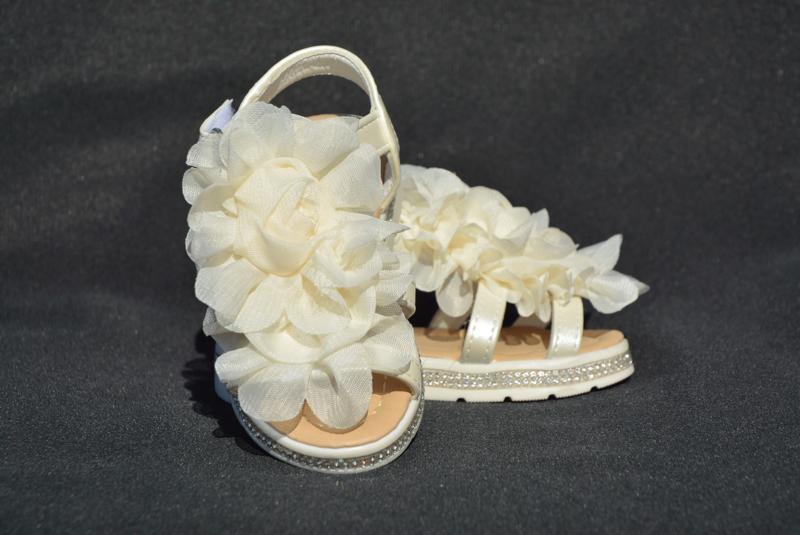 Ivoorwitte bloem sandaal