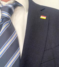 Draagpenning in de Orde van de Oeteldonksche vlag  (ca 1,8x1cm)