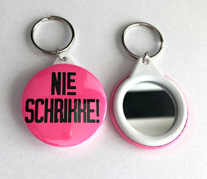 Hanger met spiegeltje - Nie Schrikke!  (4,5cm)