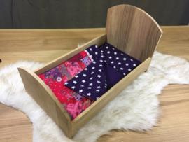 Poppenbedje hout met lakentje paars en rose