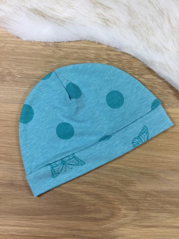 Babymutsje turquoise blauw gestipt en vlinders