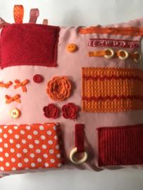 Voelkussen dementie lichtroze met rood en oranje