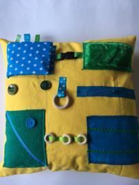 Voelkussen dementie geel met groen en aquablauw