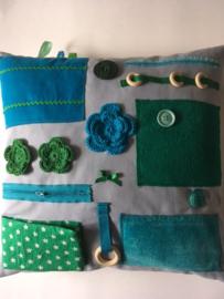 Friemelkussen dementie lichtblauw met groen en aquablauw