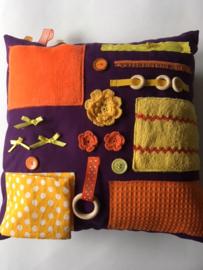 Voelkussen dementie paars met geel en oranje