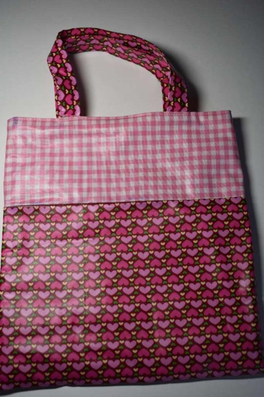 Meisjestas met hartjes en lichtroze ruit van geplastificeerd katoen