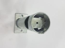 Staander onder 45 graden op voetplaat voor montage op de muur