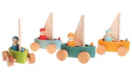 Grimm's 4 houten Zeilbootjes op wielen met 4 zeilers