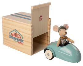Maileg Muis in Racewagen met Garage, Blauw