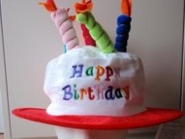 Verjaardagshoed met kaarsjes rood (DKW 014-178)