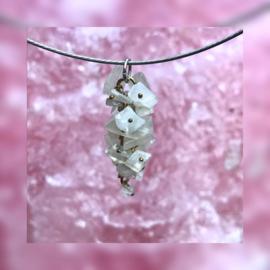 Speelse hanger met Maansteen steentjes.
