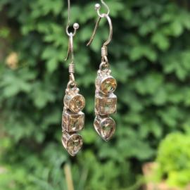 925/00 Zilveren oorbellen met facet geslepen citrien.