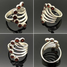 Zilveren ring met 7 facet geslepen Granaat edelstenen, maat 17 / 53