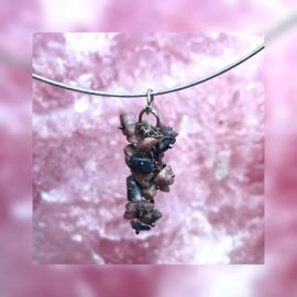Speelse hanger met Rhodoniet steentjes.