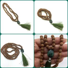 Handgeknoopte MALA 'CREATIVITY' , 108 Rudraksha zaden met facet geslepen Smaragd