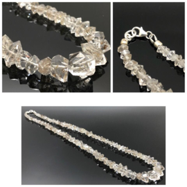 """Handgeregen stralend collier """"Shine like a diamond"""" gemaakt van Herkimer Diamant met koolstof insluiting, 925/000 zilveren sluiting."""