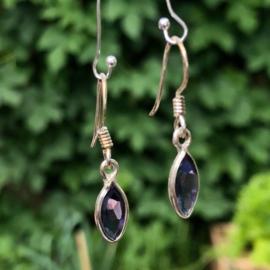 925/000 Zilveren oorbellen met facet geslepen ioliet/watersaffier.