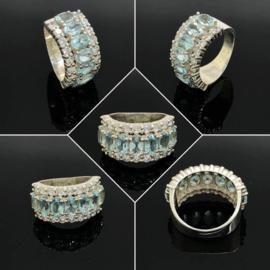 Zilveren ring met 7 facet geslepen Blue Swiss Topas/Topaas edelstenen en 18 zirkoon stenen. maat 16,5 / 52