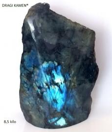 Extra blue Labradoriet een zijde gepolijst van 8,5 kilo.