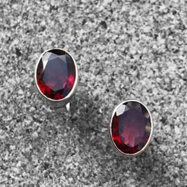 925/000 zilveren oorstekers met facet geslepen Granaat