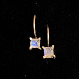 925/00 Zilveren oorbellen met facet geslepen regenboog maansteen.