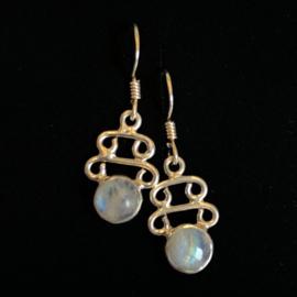 925/00 Zilveren oorbellen met geslepen regenboog maansteen.