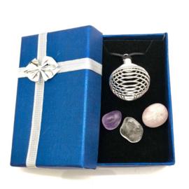 Gouden driehoek stenen met verzilverde wisselkooihanger, waskoord en geschenkdoosje.
