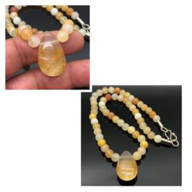Handgeregen Golden healer collier met Golden healer hanger en zilveren sluiting.