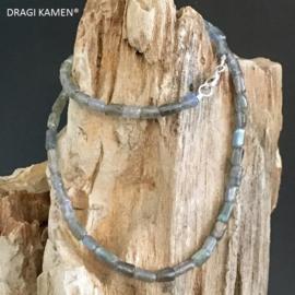 Labradoriet handgemaakt collier op hoogkwaliteit staal-rijgdraad met 925/000 zilveren sluiting.